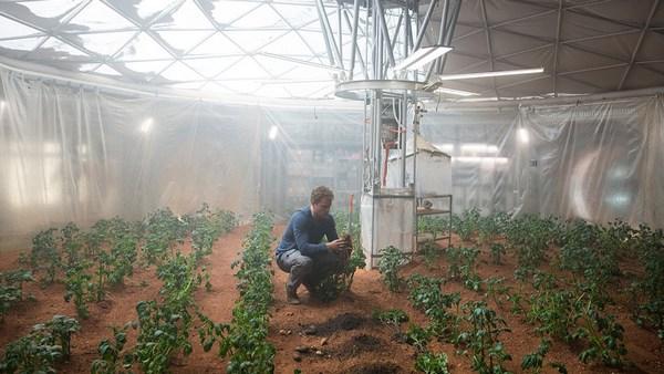電影劇照:主角馬克小心翼翼的照顧著火星上的馬鈴薯園。(照片來源:Peter Mountain/NASA)