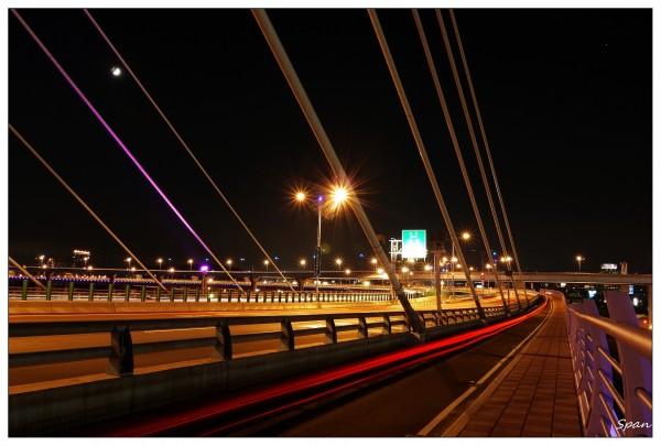 The architect and lighting designer adopted latest modular lighting fixtures to light up the bridge.  Photo Credit: spanlai (Flikr)
