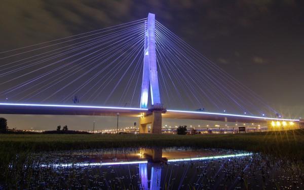 Night scene of Xinbei Bridge.  Photo Credit: braveroy (Flickr)