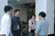 Roger Chu, Research Director of LEDinside, subsidiary of TrendForce (left 2) chats with forum attendees during the break. (LEDinside)