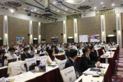 The crowd listens attentively to the keynote addresses. (LEDinside)