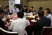 Keynote speakers dinning together after the forum. (LEDinside)