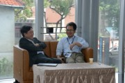 Kevin Lin, CEO of TrendForce (left) relaxing during the forum break. (LEDinside)